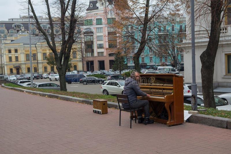 Kiev Ukraina - Oktober 23, 2017: Gatapianisten spelar musik royaltyfri bild