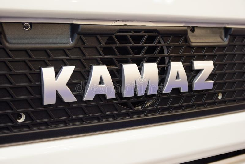 Kiev Ukraina - Oktober 25, 2017: Logotyp av lastbilen KAMAZ av rysk tillverkning arkivfoton