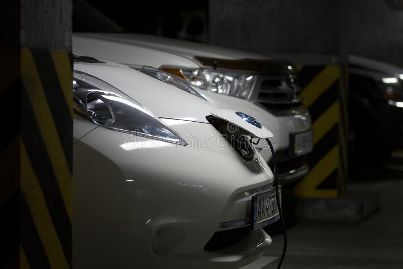 Kiev Ukraina - Oktober 10, 2017: Nissan Leaf elbil som laddar på underjordisk parkering Bränslebensinbil på bakgrund anslutning arkivfoton