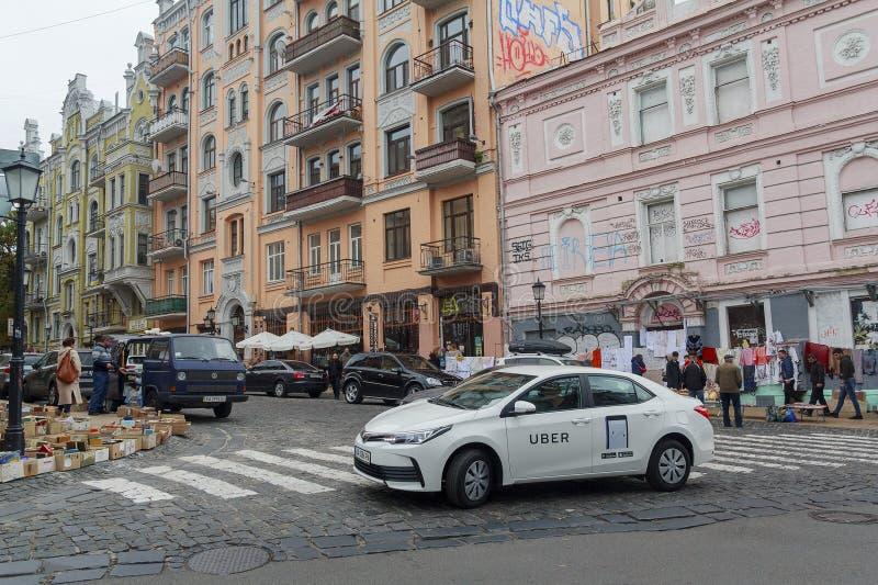 Kiev Ukraina - 01 Oktober, 2017: Taxiservice på Andreevskyen Uzvizh arkivbild