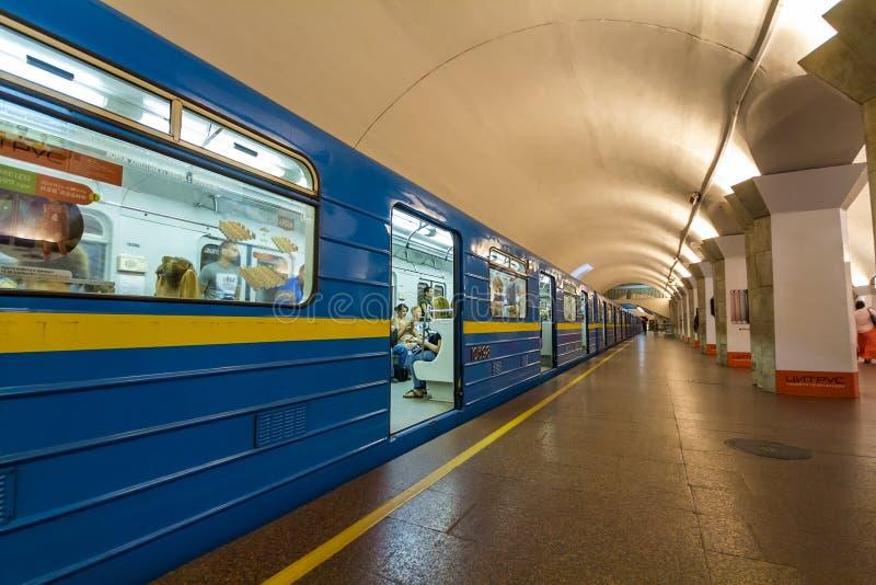 Kiev Ukraina - Oktober 15, 2017: Underjordisk tunnelbanatra (för gångtunnel) royaltyfria foton