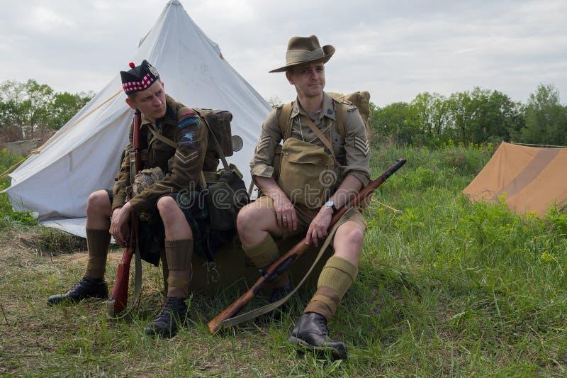 Kiev Ukraina - på Maj 09, 2018: Män i likformign av de australiska och skotska soldaterna i bivacken arkivbilder