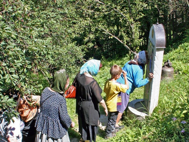 Kiev Ukraina, 02 07 2005 Pilgrims ställde upp för att tillbe den heliga symbolen royaltyfri bild