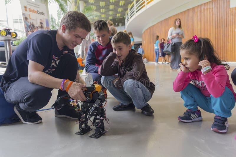 Kiev Ukraina - September 30, 2017: Barn får bekantade med robotteknik arkivbild