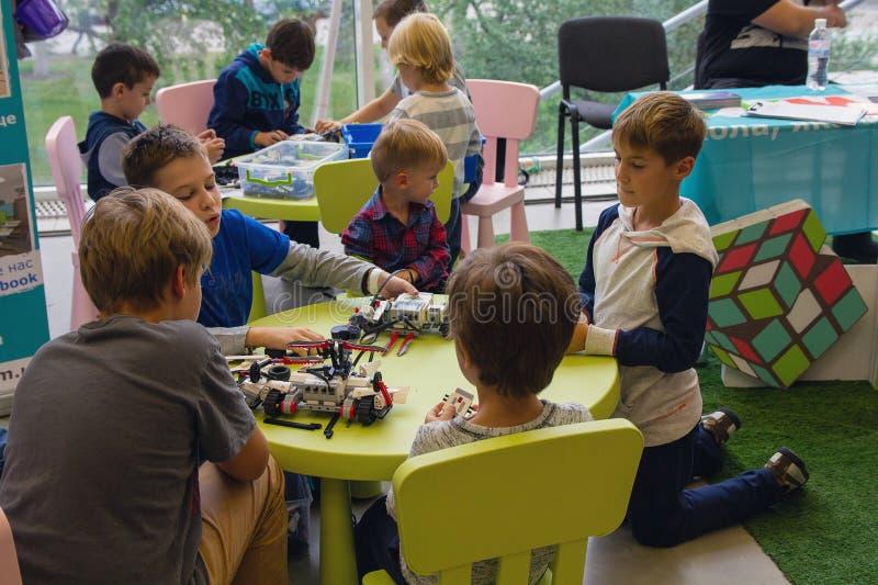 Kiev Ukraina - September 30, 2017: Barn får bekantade med robotteknik på festivalen fotografering för bildbyråer