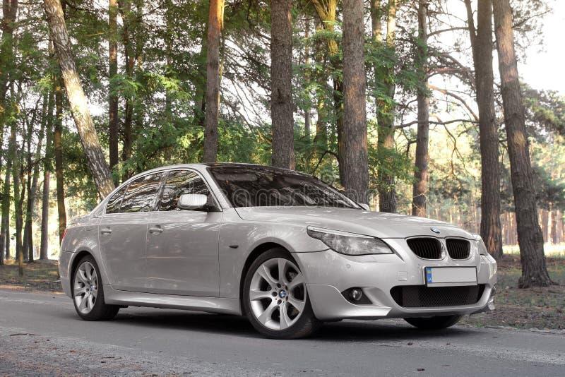 Kiev Ukraina - September 9, 2018 BMW E60 på skogvägen arkivbild