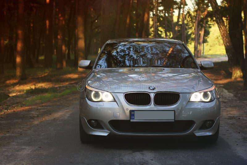 Kiev Ukraina - September 9, 2018 BMW E60 på skogvägen fotografering för bildbyråer
