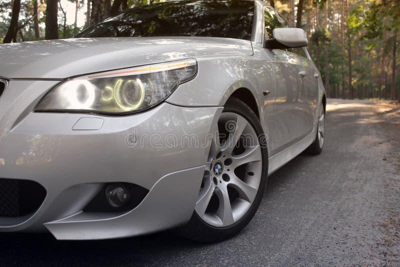 Kiev Ukraina - September 9, 2018 BMW E60 på skogvägen royaltyfri fotografi
