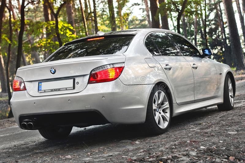Kiev Ukraina - September 9, 2018 BMW E60 på skogvägen arkivbilder