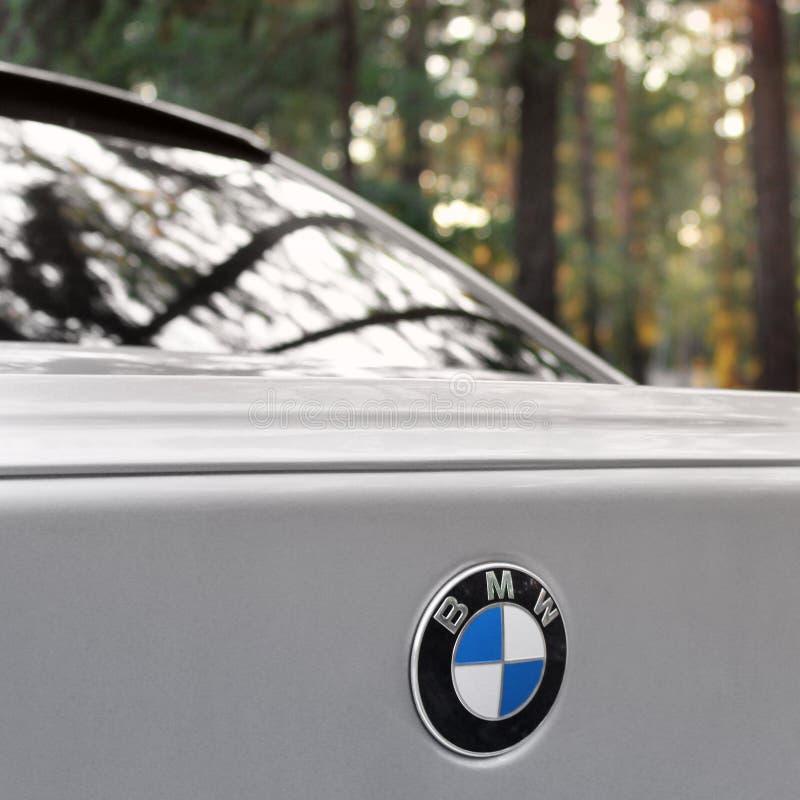 Kiev Ukraina - September 9, 2018 BMW E60 på skogvägen royaltyfri foto