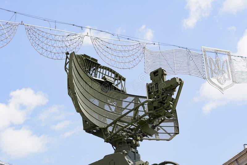 KIEV UKRAINA - September 23, 2015: Gammal sovjetisk luftvärnradar i den Kiev staden vapensköld Ukraina royaltyfri bild