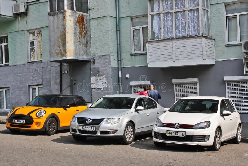 Kiev Ukraina - 2 September 2017: Parkerade bilar på gatan av den gamla staden av Kiev royaltyfria foton