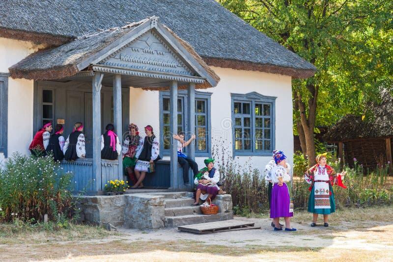 KIEV UKRAINA - SEPTEMBER 18, 2016: Ukrainska kvinnor i nationella klänningar royaltyfri bild