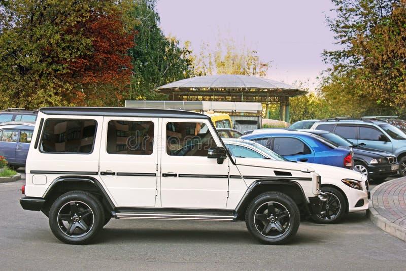 Kiev Ukraina - September, 2017: Vitt Mercedes-Benz G 63 AMG i privata sektorn i parkeringsplatsen arkivfoto