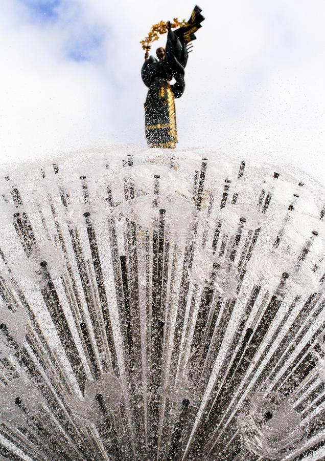 Kiev Ukraina, 2011 08 18 Springbrunn på självständighetfyrkanten royaltyfri fotografi