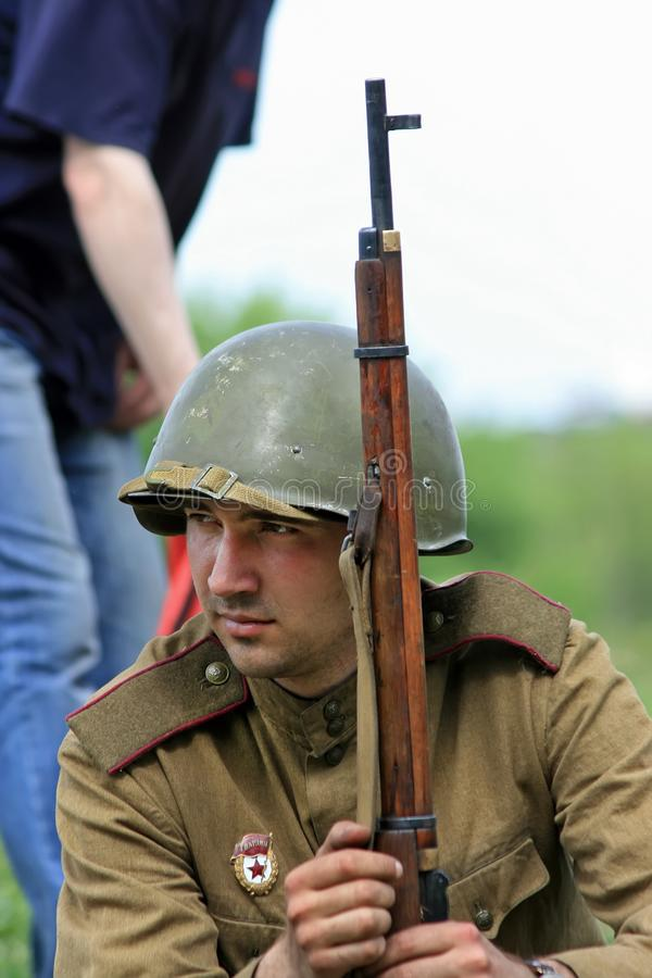 Kiev Ukraina, 11 05 Stående 2009 av mannen i militär form och hjälmen med ett gevär royaltyfri foto