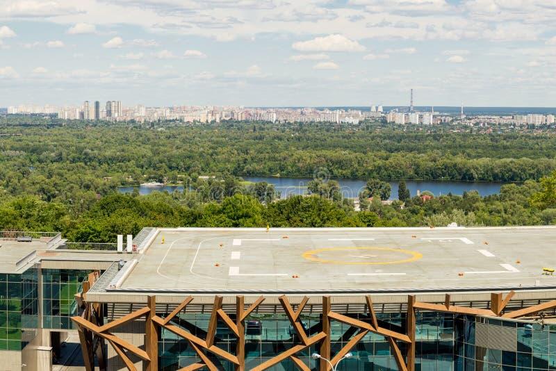 Kiev Ukraina, 8th av Juni 2017 Sikten av helipaden på ett tak av byggnad för CEC PARKOVY i en stad parkerar med den panorama- Kie royaltyfri fotografi