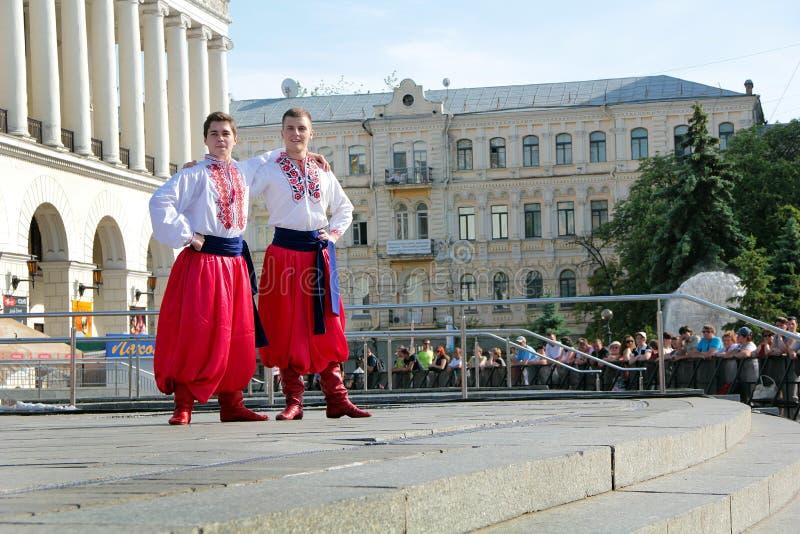 Kiev Ukraina 29 05 2011 två dansaregrabbar i ukrainska nationella dräkter arkivfoton