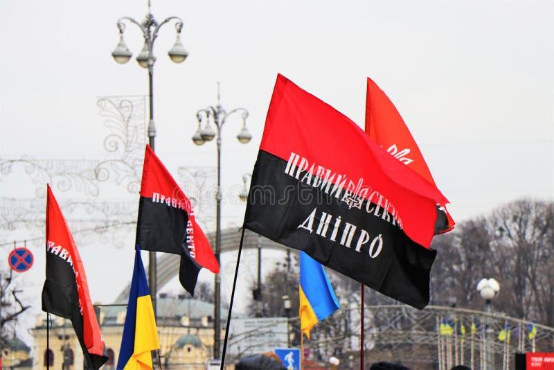 Kiev Ukraina Ukrainska nationalister visar i centret med UPA-flaggorna royaltyfri foto