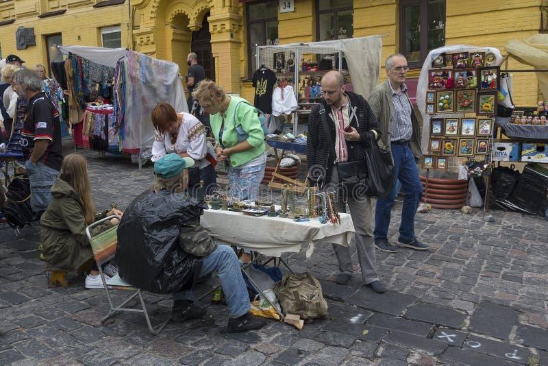 Kiev, Ukraine - 24 août 2016 : Touristes et vendeurs de souvenir dans la descente d'Andreevsky photos libres de droits