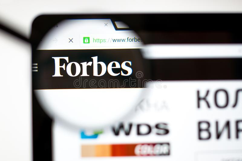 Kiev, Ukraine - 5 avril 2019 : Page d'accueil de site Web de Forbes C'est une revue commerciale am?ricaine forbes logo de COM ?vi photographie stock