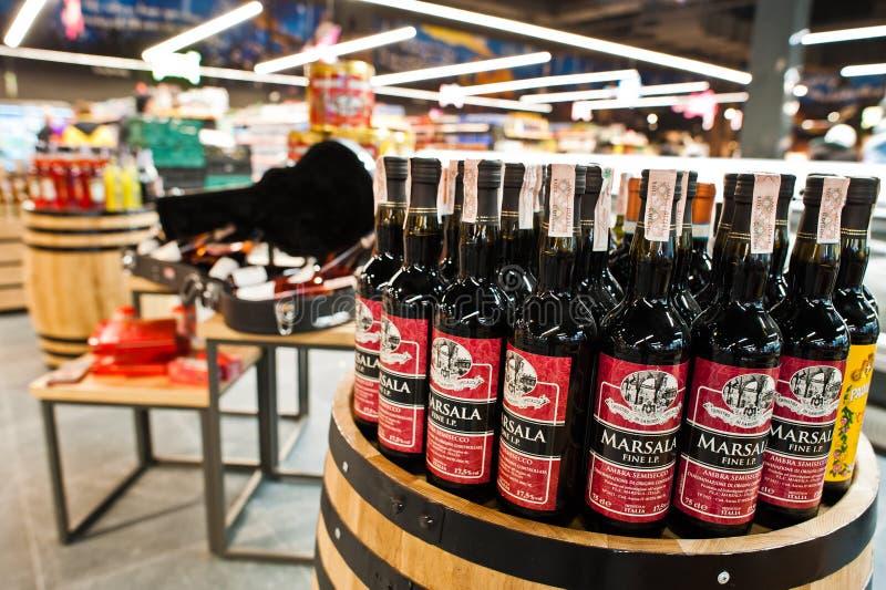 Kiev, Ukraine - 19 décembre 2018 : Bouteilles de vins de vin de Marsala au baril en bois sur le supermarché Le vin de Marsala est photo libre de droits