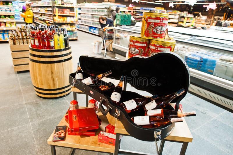 """Kiev, Ukraine - 19 décembre 2018 : Bouteilles vins de Rose D de """"Anjou dans le cas d'un violon au supermarché Le vin de l'Anjou e photos libres de droits"""