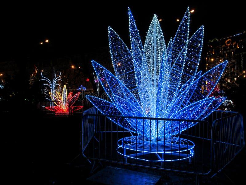 Kiev, Ukraine - 31 décembre 2017 : Objet d'art sous forme de plan rapproché bleu de fleur de lis dans le festival des illuminatio images stock