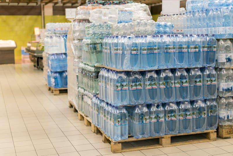 Kiev, Ukraine 1er février 2018 Le divers choix de l'affichage minéral en plastique de bouteilles d'eau sur le supermarché rayonne image libre de droits