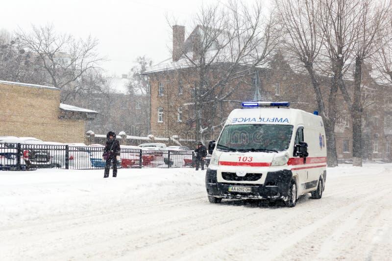 Kiev, Ukraine - 1er mars 2018 Chutes de neige lourdes, gel et tempête de neige en Europe de l'Est Véhicules sur l'asphalte Ambula photographie stock
