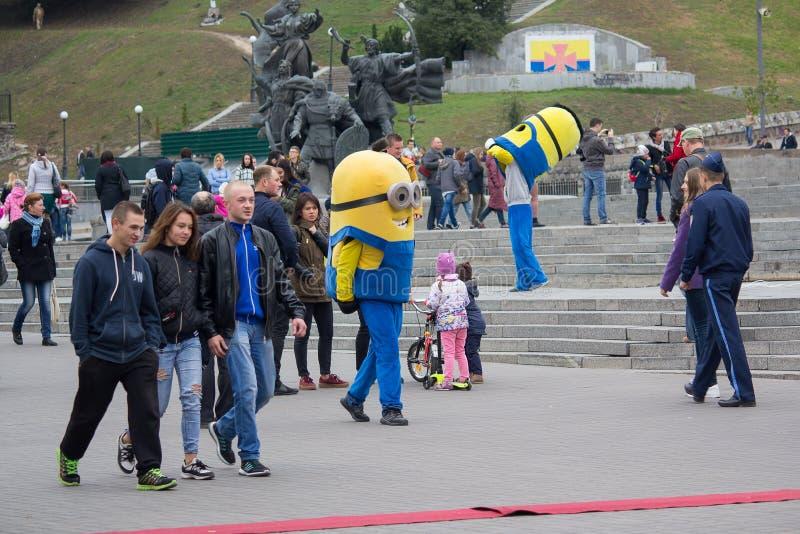 Kiev, Ukraine - 1er octobre 2017 : Les animateurs dans des costumes des subordonnés sur l'indépendance ajustent photo stock