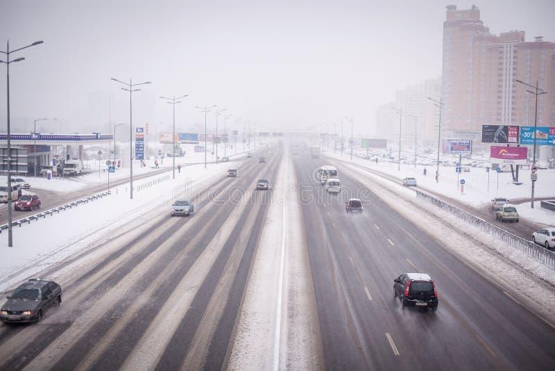 KIEV, UKRAINE - 9 février 2015 : Embouteillage d'hiver photographie stock libre de droits