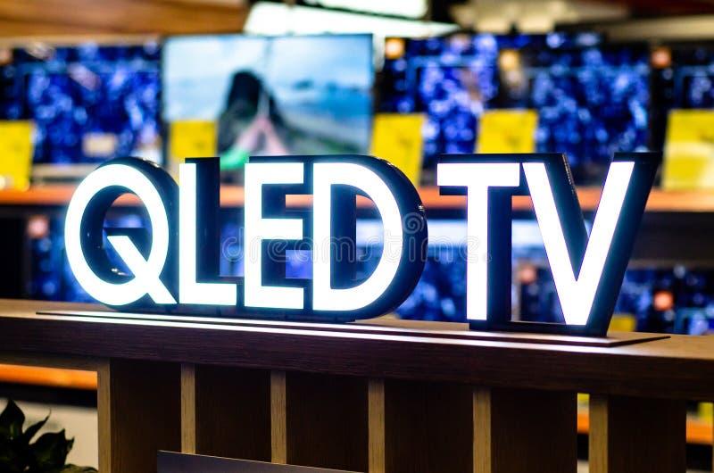 Kiev, Ukraine - 9 février 2019 : Signe de QLED TV images libres de droits