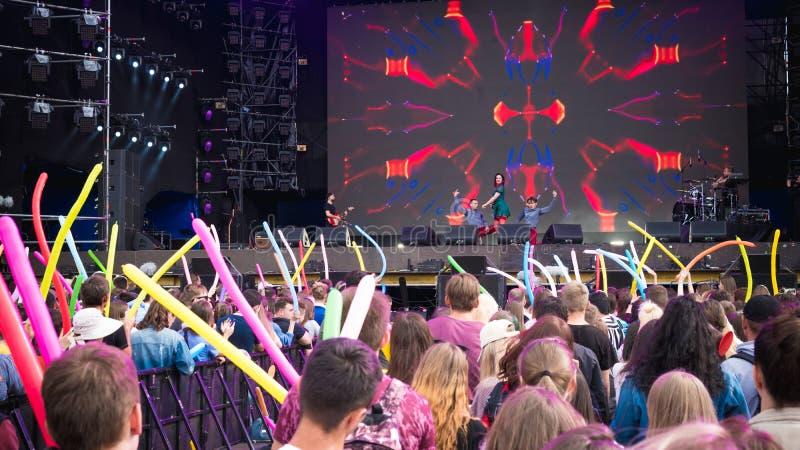 Kiev, Ukraine - 07 09 2019 : Festival de musique de week-end d'atlas dehors, premier jour Millennials sont relaxin au festival de photo libre de droits