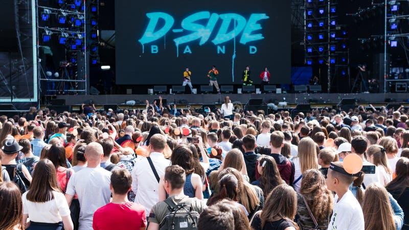 Kiev, Ukraine - 07 09 2019 : Festival de musique de week-end d'atlas dehors, premier jour Millennials sont relaxin au festival de photographie stock libre de droits
