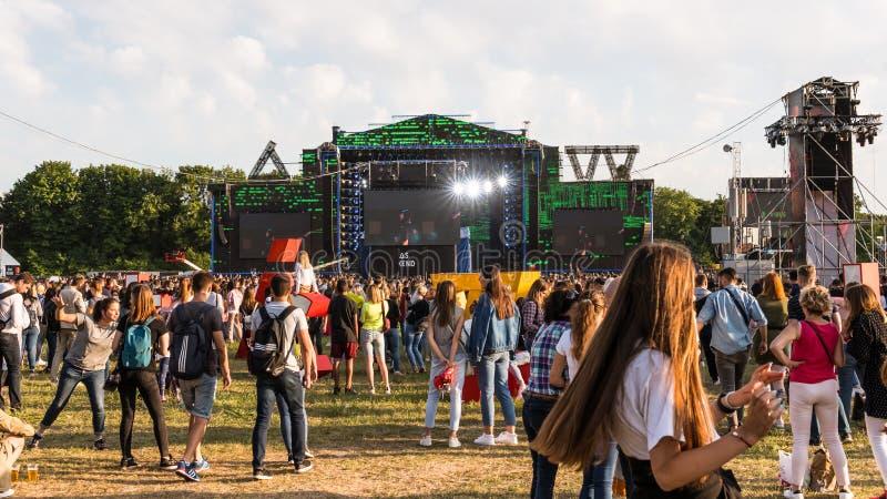 Kiev, Ukraine - 07 09 2019 : Festival de musique de week-end d'atlas dehors, premier jour Millennials sont relaxin au festival de images stock