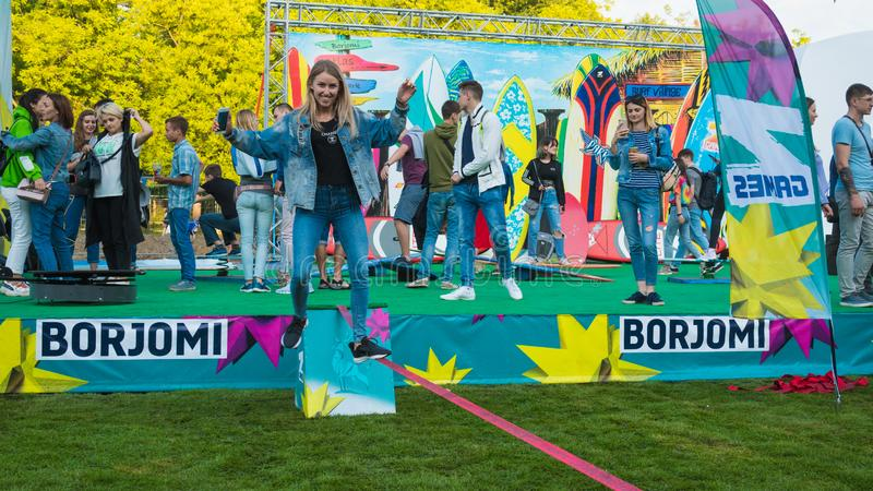Kiev, Ukraine - 07 09 2019 : Festival de musique de week-end d'atlas dehors, premier jour Millennials sont relaxin au festival de photos stock