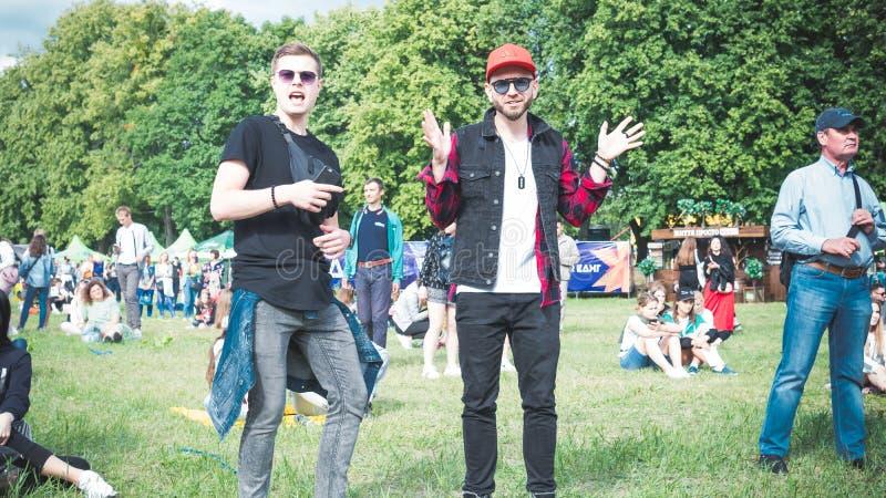 Kiev, Ukraine - 07 09 2019 : Festival de musique de week-end d'atlas dehors, premier jour Millennials sont relaxin au festival de image stock