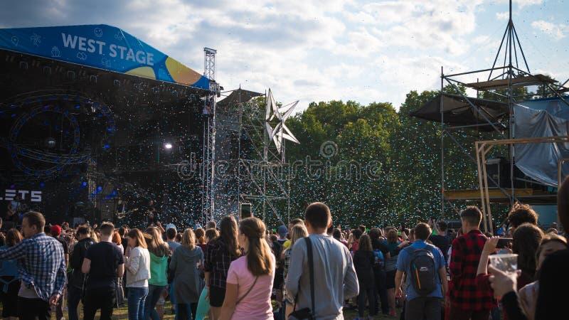 Kiev, Ukraine - 07 09 2019 : Festival de musique de week-end d'atlas dehors, premier jour Millennials sont relaxin au festival de photo stock