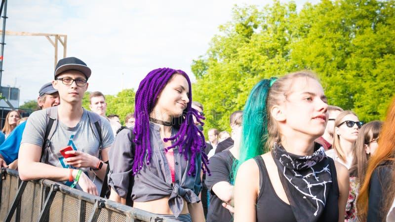 Kiev, Ukraine - 07 09 2019 : Festival de musique de week-end d'atlas dehors, premier jour Millennials sont relaxin au festival de photos libres de droits