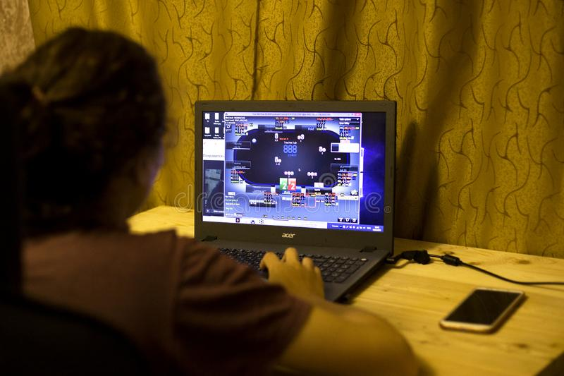 Kiev, Ukraine 05 12 2019 : fille jouant au poker en ligne pour l'?ditorial illustratif d'ordinateur portable image stock