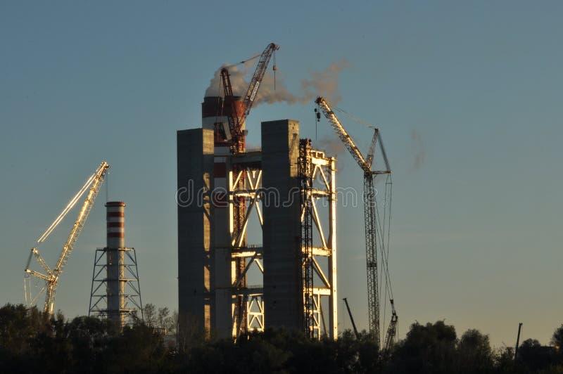 Kiev, Ukraine Grue à un chantier de construction Cheminée et fumée photo libre de droits