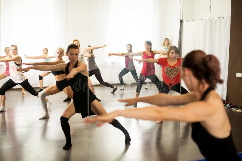 kiev ukraine 06 20 2018 Gruppstående av flickor med den kvinnliga koreografen som gör intresseposition i studion för modern dans arkivbilder