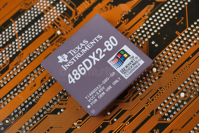 KIEV, UKRAINE - janv. 28, 2018 Processeur de Texas Instruments 486DX2 photo stock