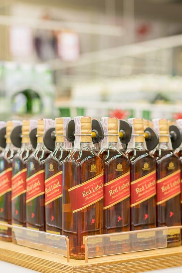 Kiev, Ukraine 15 juillet 2018 Bouteilles de whiskey de Johnnie Walker Scotch sur des rayons de magasin à vendre dans l'hypermarch images libres de droits