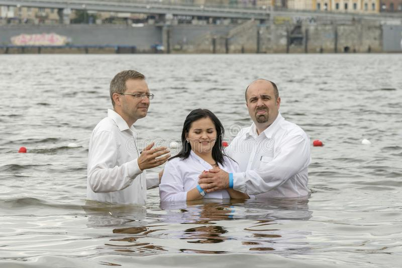 Kiev, Ukraine 22 juillet 2018 deux pasteurs baptisent la fille Baptême de l'eau de prise de personnes en rivière image libre de droits