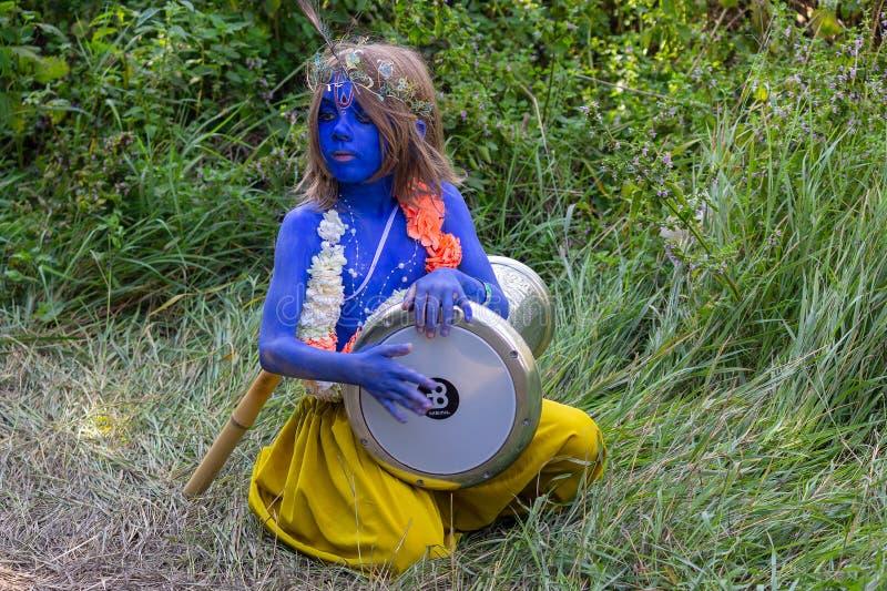 Kiev, Ukraine - 24 juillet 2018 : Le garçon déguisé comme jeune Krishna joue un tambour au festival photo libre de droits