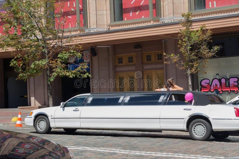 Kiev, Ukraine - 30 juillet 2017 : Limousine blanche de luxe louée sur une ville photographie stock libre de droits