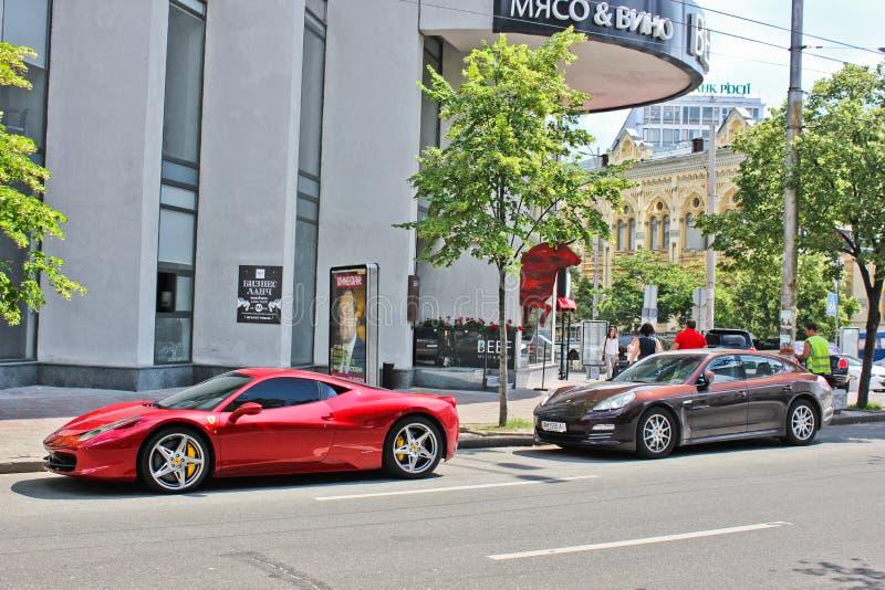 Kiev, Ukraine 10 juin 2013 Ferrari 458 Italie et Porsche Panamera dans la ville Ferrari rouge photo libre de droits