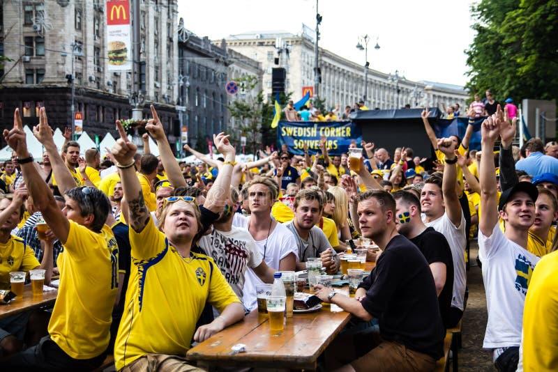 KIEV, UKRAINE - 10 JUIN : Les fans suédoises ont l'amusement pendant l'euro de l'UEFA images libres de droits